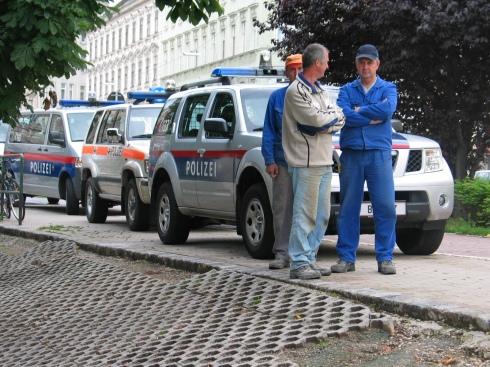 Bauarbeiter mit Polizeieskorte